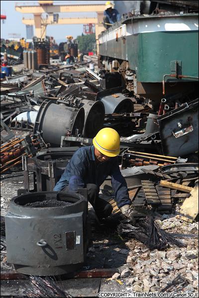2014年8月31日。韶关机务段。 一位工人正在对零部件进行再分类、回收。(IMG-9423-140831)