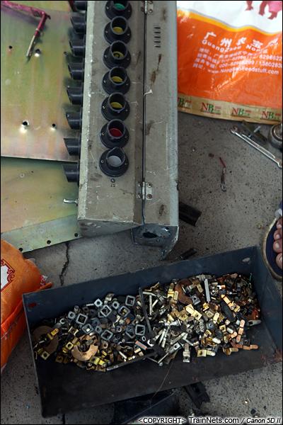 2014年8月31日。韶关机务段。 工人正在分解车内信号灯,内部有用的零件都进行了分类。(IMG-9463-140831)