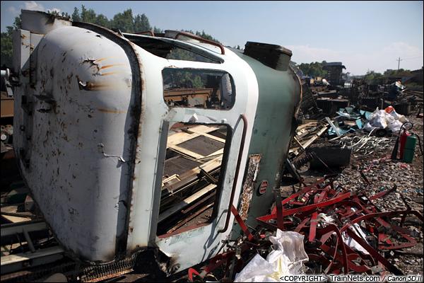 2014年8月31日。韶关机务段。 SS1-0798的驾驶室外框切割下来后被丢弃在一旁。(IMG-9478-140831)