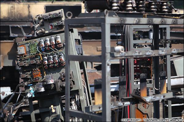 2014年8月31日。韶关机务段。 机车里拆卸出来的电器柜框架。(IMG-9484-140831)