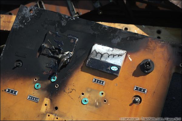 2014年8月31日。韶关机务段。 机车里拆卸出来的电器柜仪表盘,可见四周已被高温熏黑、熔化。(IMG-9492-140831)