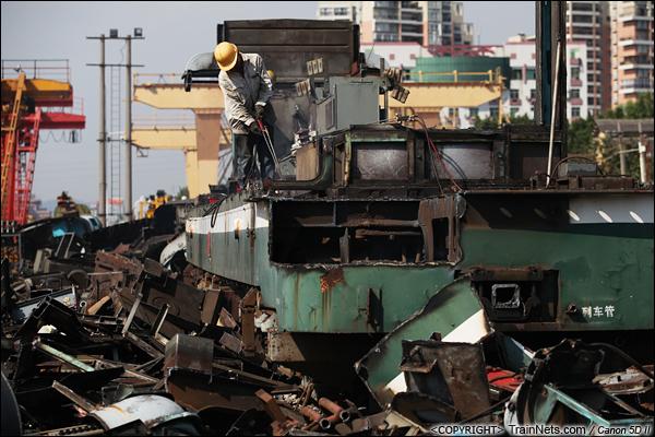 2014年8月31日。韶关机务段。 工人正在对SS1-0728的底盘进行切割,地上堆满了拆下来的零件。(IMG-9347-140831)