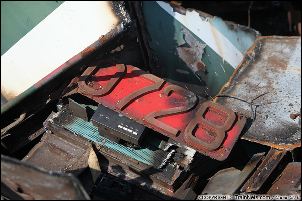 2014年8月31日。韶关机务段。 废墟里被切断的号码牌SS1-0728。(IMG-9563-140831)