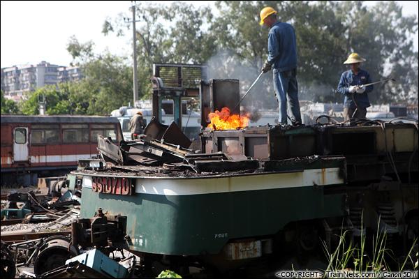 2014年8月31日。韶关机务段。 工人正在对SS1-0710的驾驶室进行拆解,由于残留有油渍,喷枪的高温引发了小火。(IMG-9575-140831)