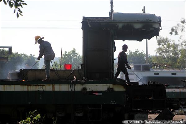 2014年8月31日。韶关机务段。 工人正在对SS1-0710的驾驶室进行拆解。(IMG-9593-140831)