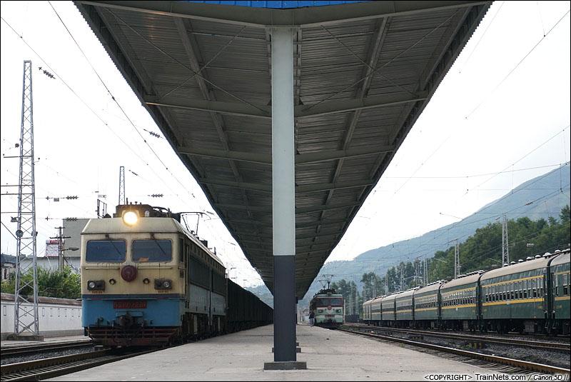 2014年7月17日。成昆线普雄火车站。SS4牵引货车通过。(IMG-3456-140717)