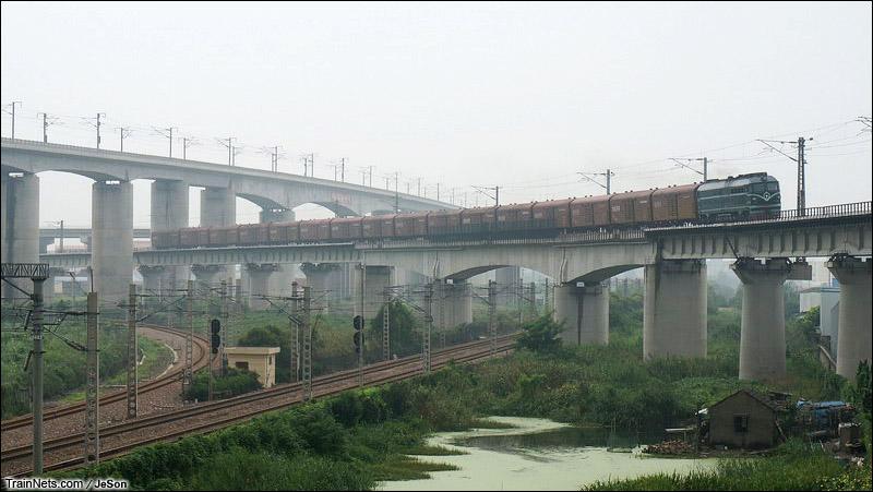 2014年8月10日8点53分,京沪间新开行的顺丰/京东行包快运X210,上局沪段DF4B担当闵行站货场-南翔编组站的小运转本务,照片为X210行驶于金山铁路上行线跨沪昆线桥。