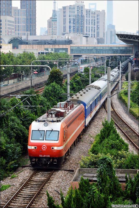 2014年8月31日。上海火车站。SS7E-0138牵引T138次列车。西局西段的SS7E型电力客车将由HXD3D取代。