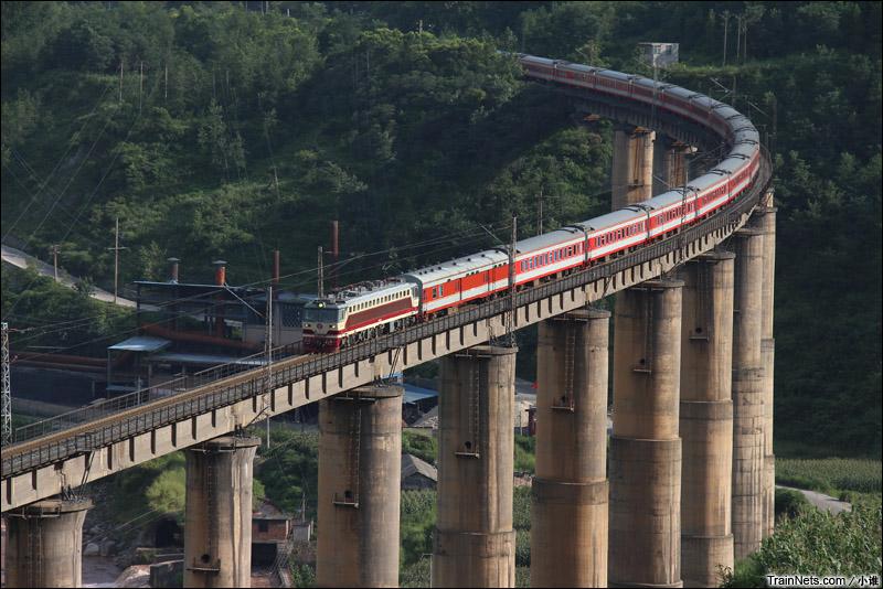 2013年8月2日。SS7C牵引K118次列车行驶在成昆铁路铁马大桥。