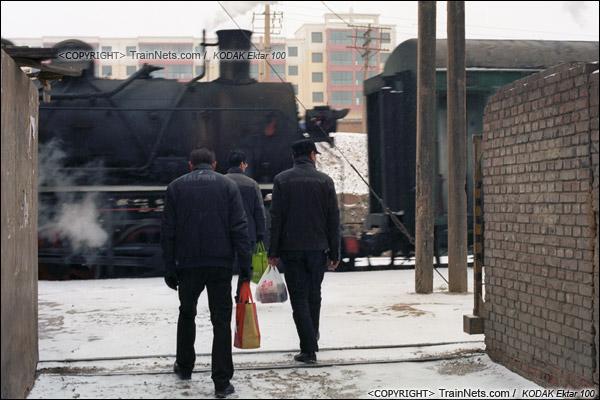 2014年2月。甘肃省白银矿区铁路。下午,351次通勤车的车底进入临时站,坐火车的职工从站口的小门进站。(E3505)