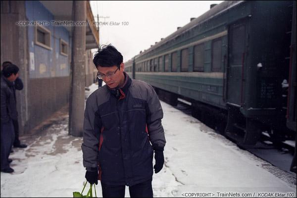 2014年2月。甘肃省白银矿区铁路,353次通勤车。早晨,在白银市区的临时站,一位工人在站台上等待上车。(E3507)