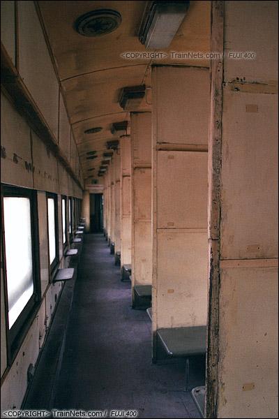 2014年2月。甘肃省白银矿区铁路。一辆22型硬卧车还保留着早期的木头内饰。(E3612)