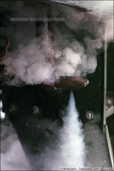 2014年2月。甘肃省白银矿区铁路。通勤车停在深部铜矿站,车厢的一个阀门泻出供暖的蒸汽。(E3724)