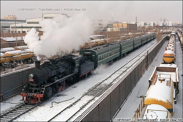 2014年2月。甘肃省白银矿区铁路公司站。早班通勤车回到市区后,车底被牵引至公司站停放。(E3815)