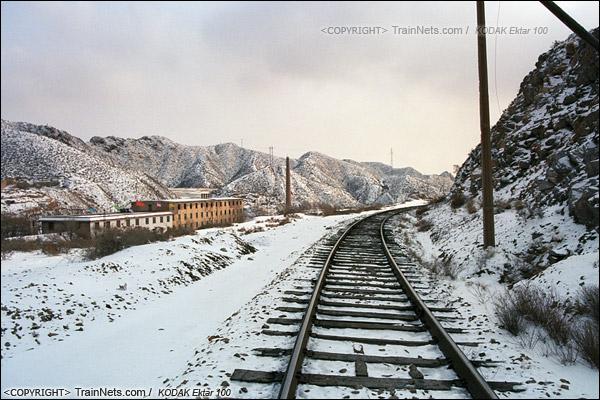 2014年2月。甘肃省白银矿区铁路,东长沟站厂房都设在山谷之间。(E3918)