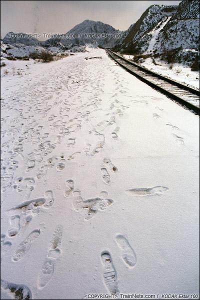 2014年2月。甘肃省白银矿区铁路,东长沟站设在半山腰上,列车开走后,简易站台上留满了乘客的脚印。(E3920)