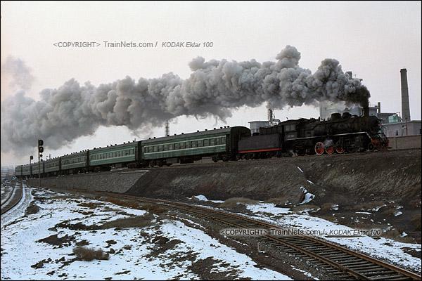 2014年2月。甘肃省白银矿区铁路。傍晚,351次通勤车开往山内的矿区。(E3931)