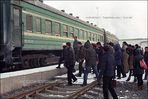 2014年2月。甘肃省白银矿区铁路,354次通勤车。目前全线上下班职工最多的三冶炼车站,早上,刚下夜班的职工排着队上车。(E4026)