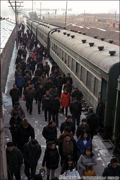 2014年2月。甘肃省白银矿区铁路。356次通勤车。下午,搭载着下班职工的通勤车抵达白银市区的临时站,归家心切的人群涌向出站口。(E4110)