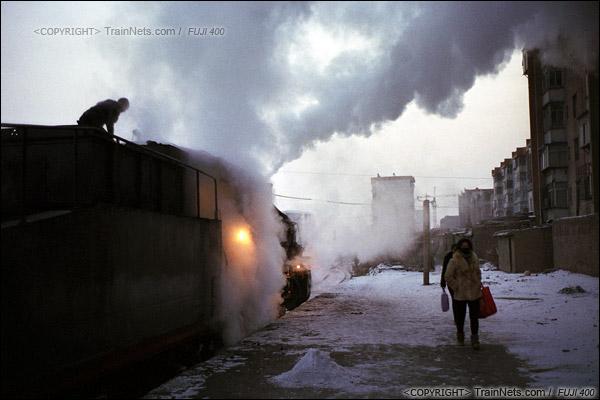 2014年2月。甘粛省の白銀鉱山鉄道、353番通勤車が出発寸前、机関车から噴出した蒸気が、空中で漂っている。(E4206)