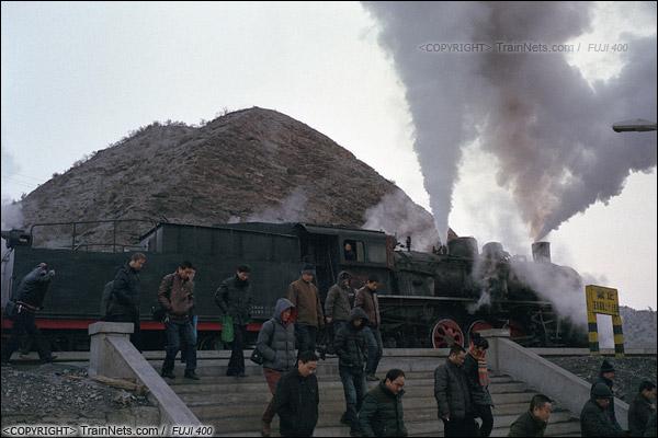 2014年2月。甘肃省白银矿区铁路,353次通勤车抵达三冶炼站。上班的职工排着队出站。(E4226)