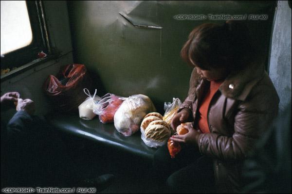 2014年2月。甘肃省白银矿区铁路,355次通勤车。一位职工住在三冶炼的宿舍里,定期坐火车到市区购买食品和生活用品。(E4330)