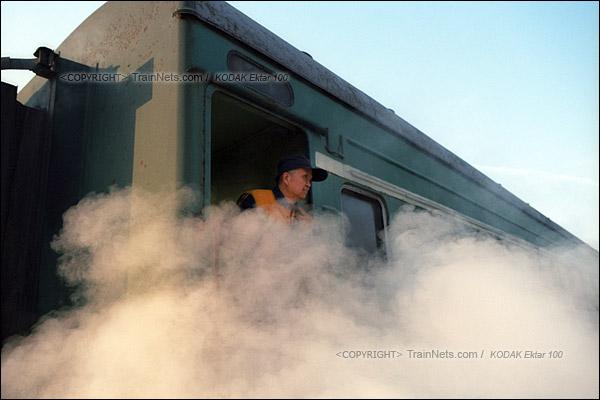 2015年1月。甘肃省白银矿区铁路。356次通勤车停靠在公司站,车底忽然冒出一股蒸汽,有种腾云驾雾的感觉。(F0225)