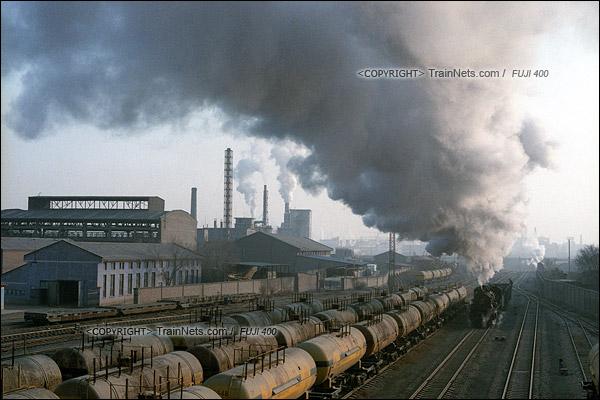 2015年1月。甘肃省白银矿区铁路。蒸汽机车上游1583顶着大雪在公司站里调车。(F0320)