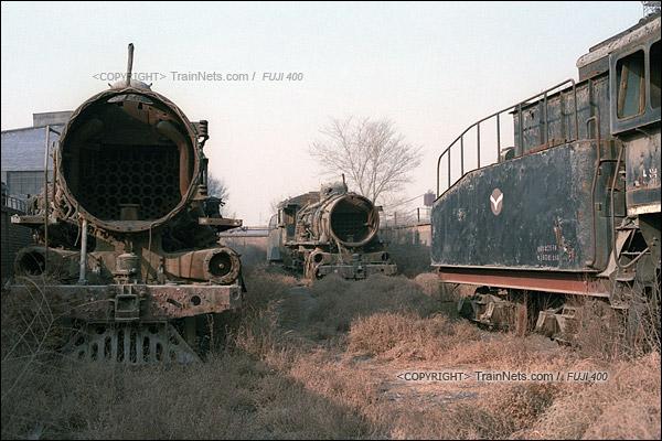 2015年1月。甘肃省白银矿区铁路公司站。车库的高墙里停放着已经报废了的蒸汽机车。(F0422)
