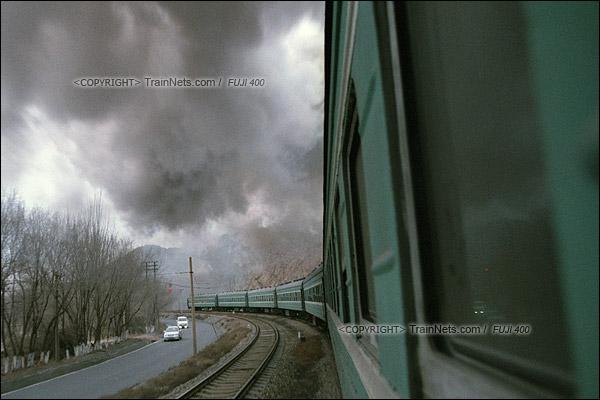 2015年1月。甘肃省白银矿区铁路,353次通勤车开往深部铜矿,一旁平行的公路上也行驶着开车上班的职工。不少人笑说,不要看白银小汽车多,都是一些便宜车。(F0703)
