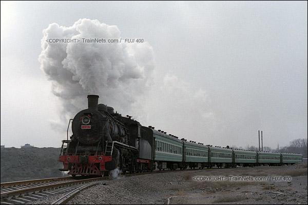 2015年1月。甘肃省白银铁路。下午,355次通勤车驶出公司站,开始往北进入山中。(F0735)