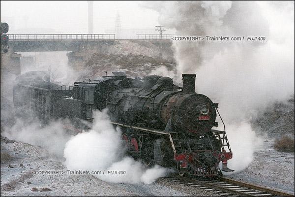 2015年1月。甘肃省白银矿区铁路。蒸汽机车上游1583顶着大雪在公司站东侧的支线里调车。(F0820)
