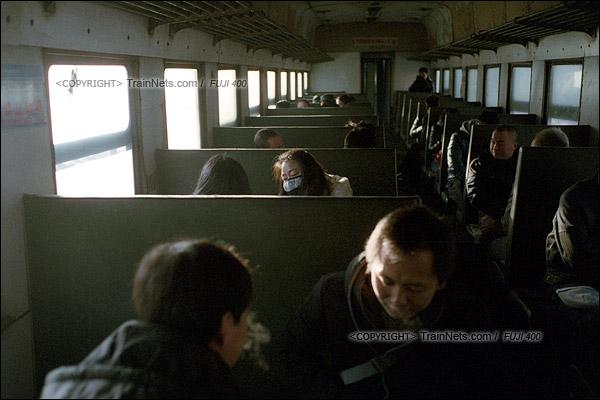 2015年1月。甘肃省白银铁路。下午,接载职工下班的356次通勤车装满了乘客。(F1020)
