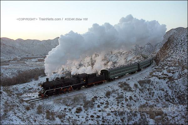 2015年1月。甘肃省白银矿区铁路,353次通勤车。上游蒸汽机车牵引着满载上班职工的绿皮通勤车进山。这里是中国最后的蒸汽机车牵引绿皮车线路。(F1117)