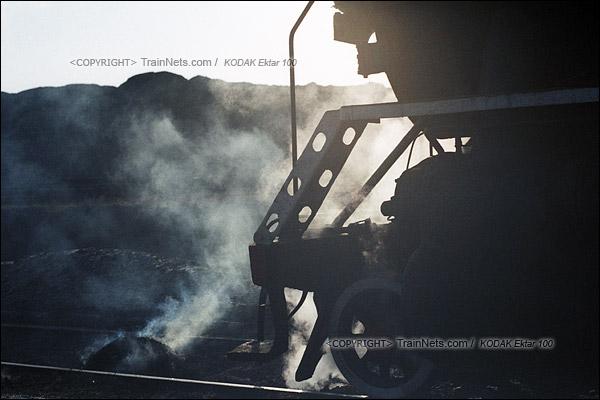 2015年1月。甘肃省白银铁路。位于公司站的机务段,刚刚清里出来的炉渣,还冒着热气。(F1204)