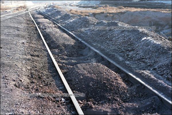 2015年1月。甘肃省白银铁路。位于公司站的机务段门前,堆满了炉渣。(F1210)