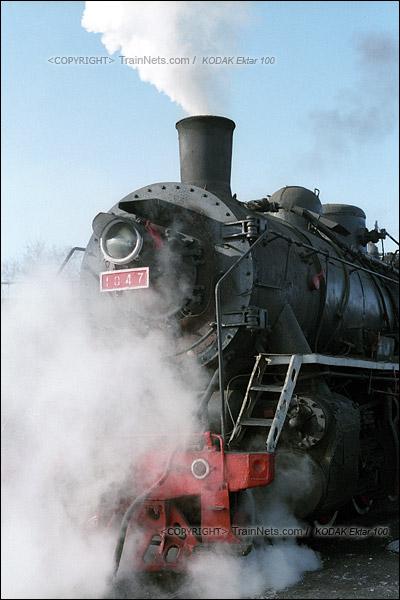 2015年1月。甘肃省白银铁路。位于公司站的机务段,清理完炉渣的机车缓缓开入段内。(F1212)