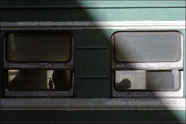 2015年1月。甘肃省白银铁路。下午,355次通勤车等待发车,车上的乘客抽着闷烟打发时间。(F1228)