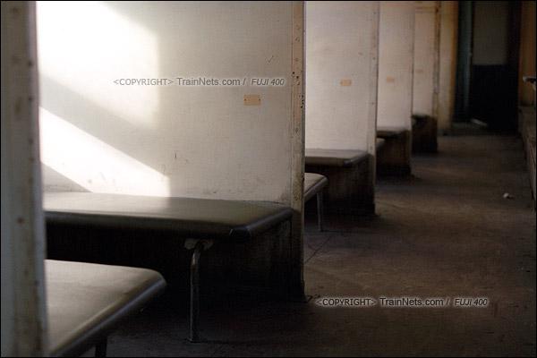 2015年1月。甘肃省白银铁路。已经改成硬座的22型卧铺车厢,车内还保存着旧时的木头装饰。(F1316)