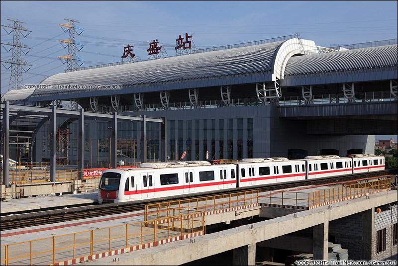 2014年10月6日。广州南沙。 广州地铁四号线列车通过正在建设的庆盛地铁站,上方是广深港高铁庆盛站。(IMG-3893-141006)