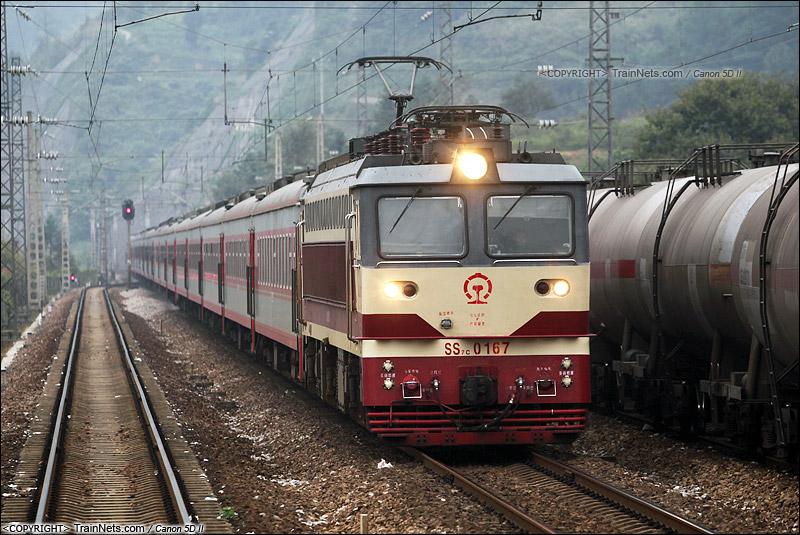 2013年10月5日。贵州铜仁。 K73次,重庆北-上海南行驶在渝怀线上,开往怀化。(IMG-3942-131005)