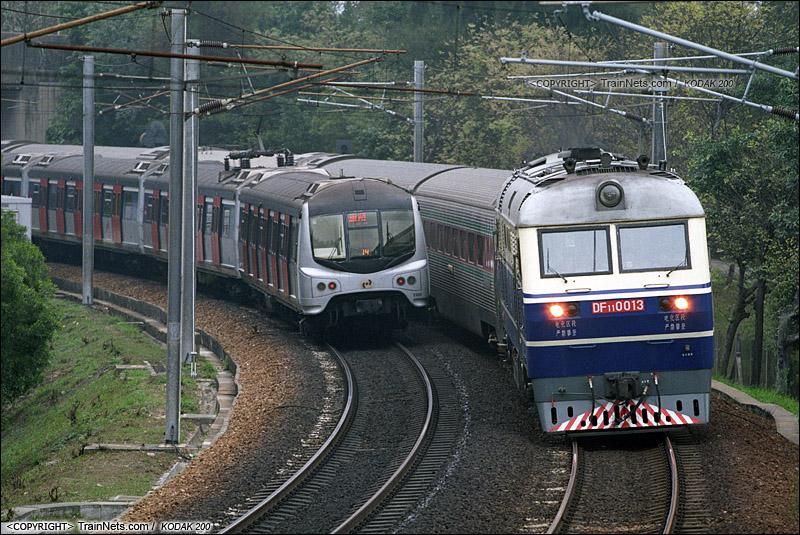 2006年3月。香港。DF11牵引25C直通车前往红磡站。(P9614)