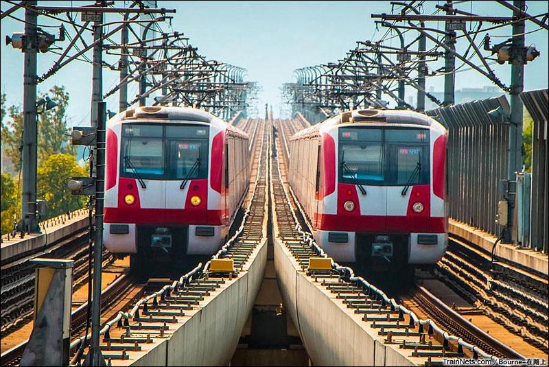 2014年10月。南京地铁二号线学则路站,两列地铁列车交会。