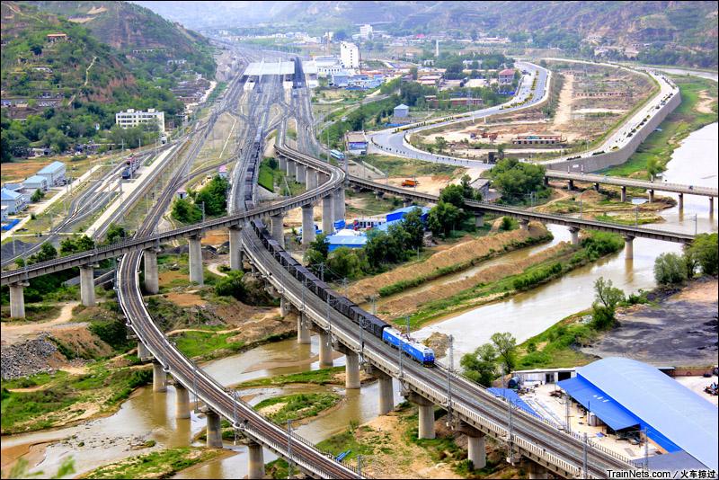2014年6月。陕西榆林绥德县。俯瞰绥德车站全貌,一年之间,太中银铁路(太原-中卫-银川)上货车的本务机也从SS4G全部改为了HXD。