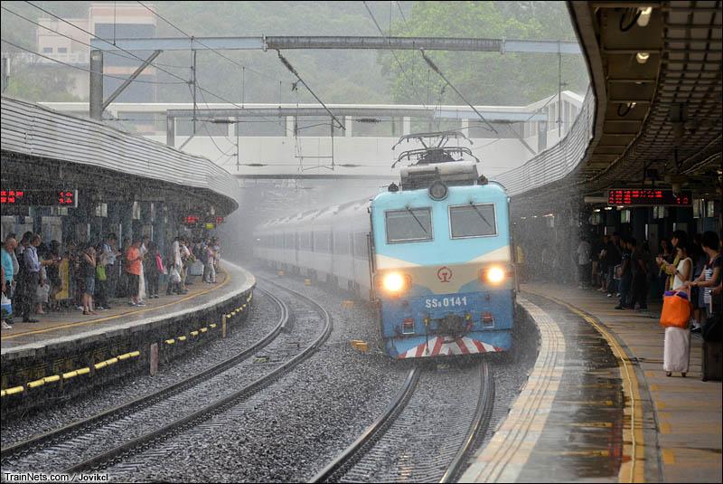 2014年6月6日。香港九龙塘。SS8牵引直通车在雨中飞驰。