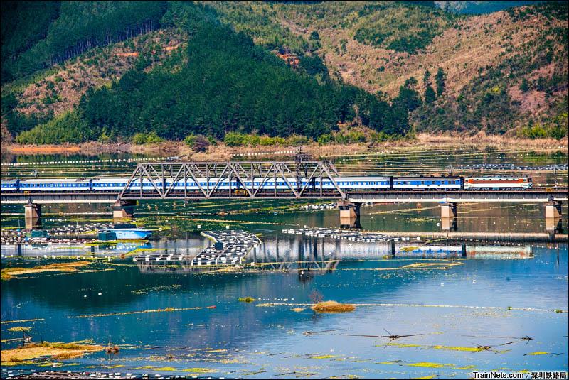 2014年10月。福建宁德。外福线。SS3牵引客车通过古田溪。