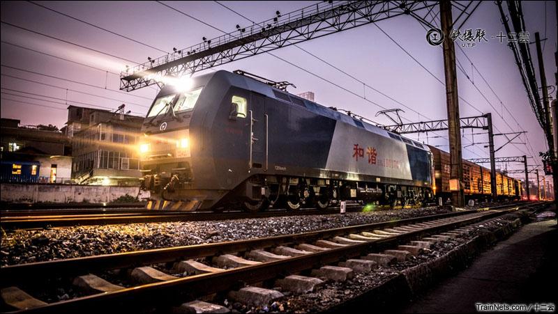 2014年9月8日,江西南昌。HXD1B牵引货车准备出发。