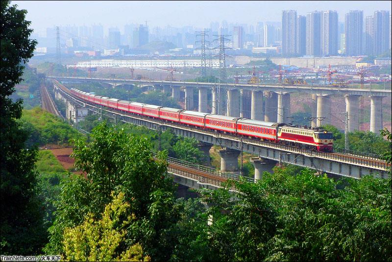 2014年10月。SS7C牵引K201次,重庆北-广州通过渝怀线重庆寸滩特大桥。