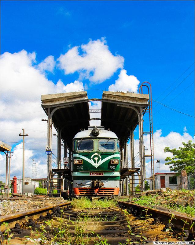 2014年7月。一台DF4在南宁铁路局茂名折返段内整备。