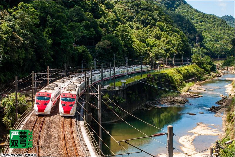 2014年7月30日。台湾新北市。两列普悠玛号列车(TEMU2000型)交会。